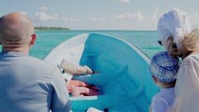 Famiglia che viaggia in barca sull'alta velocità video d archivio