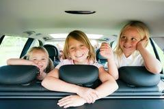 Famiglia che viaggia in macchina Fotografie Stock Libere da Diritti