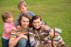 Una famiglia di cinque all'aperto Fotografie Stock Libere da Diritti