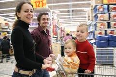Famiglia commovente in negozio Immagini Stock Libere da Diritti