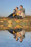 Famiglia con acqua di autunno Fotografie Stock Libere da Diritti