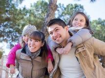 famiglia con due bambini all'aperto nel giorno soleggiato dell'autunno Fotografia Stock