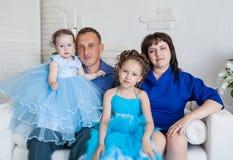 Famiglia con due figlie Fotografia Stock