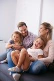 Famiglia con due figlie immagine stock libera da diritti