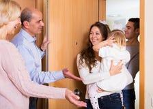 Famiglia con due figlie che visitano i grandi genitori Fotografia Stock