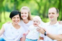 Famiglia con i bambini all'aperto fotografia stock