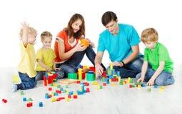famiglia con i bambini che giocano i blocchetti dei giocattoli Fotografia Stock Libera da Diritti