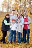 Famiglia con i bambini nella sosta di autunno Fotografia Stock