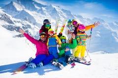 Famiglia con i bambini nelle montagne Fotografia Stock Libera da Diritti