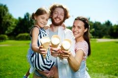 Famiglia con i gelati Immagini Stock