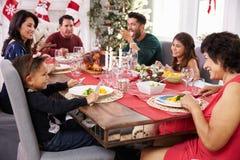 Famiglia con i nonni che godono del pasto di Natale alla Tabella Fotografia Stock Libera da Diritti