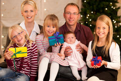 Famiglia con i presente a natale Fotografie Stock Libere da Diritti