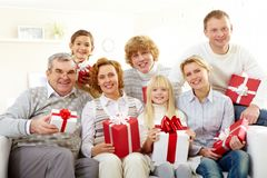 Famiglia con i regali Fotografie Stock Libere da Diritti