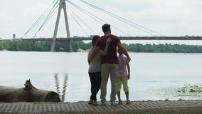 Famiglia con il bambino che esamina ponte, concetto di immigrazione o muoventesi verso la nuova città video d archivio