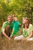 Famiglia con il bambino che indica in su Fotografia Stock
