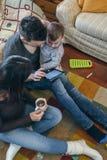 Famiglia con il bambino e la madre incinta che guardano compressa fotografie stock libere da diritti
