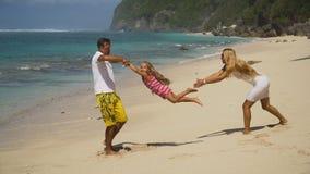 Famiglia con il bambino sulla spiaggia Fotografia Stock