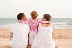 Famiglia con il bambino sulla spiaggia Immagini Stock Libere da Diritti