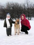 Famiglia con il cane. inverno fotografia stock libera da diritti