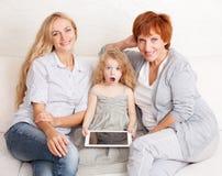 Famiglia con il computer della compressa Immagine Stock