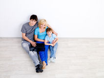 Famiglia con il computer portatile - alto angolo Fotografia Stock