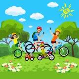 Famiglia con il concetto dei bambini di riciclaggio nel parco Bici felici di guida della famiglia La famiglia nel parco sulle bic Fotografie Stock