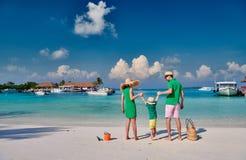 Famiglia con il ragazzo di tre anni sulla spiaggia fotografia stock libera da diritti