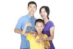 Famiglia con il tasto Fotografie Stock