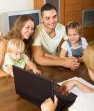 Famiglia con l'agente di assicurazione Fotografia Stock