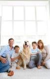 Famiglia con l'animale domestico fotografie stock libere da diritti