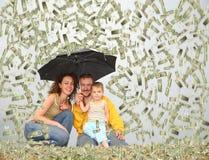 Famiglia con l'ombrello nell'ambito del collage della pioggia del dollaro Immagini Stock
