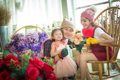 Famiglia con la bambina in giardino Immagine Stock