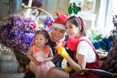 Famiglia con la bambina in giardino, tempo del caffè Fotografie Stock Libere da Diritti