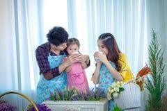 Famiglia con la bambina in giardino, tempo del caffè Immagini Stock