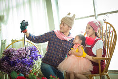 Famiglia con la bambina in parco che prende selfie dalla macchina fotografica Fotografie Stock Libere da Diritti