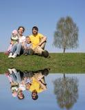 Famiglia con la betulla ed acqua Fotografie Stock Libere da Diritti
