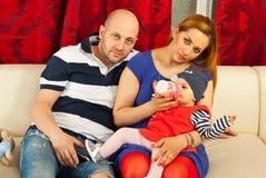 Famiglia con la casa della neonata Fotografie Stock Libere da Diritti