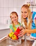 Famiglia con la frutta di lavaggio del bambino alla cucina Fotografia Stock Libera da Diritti
