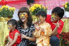 Famiglia con la pittura del fronte della tigre Fotografie Stock Libere da Diritti