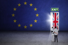 Famiglia con la porta del brexit Fotografia Stock