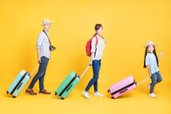 famiglia con la valigia che va sulla vacanza fotografie stock