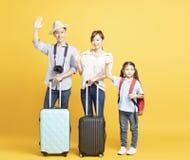 famiglia con la valigia che va sulle vacanze estive immagini stock libere da diritti