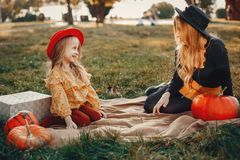 Famiglia con le zucche fotografia stock