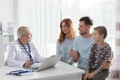 Famiglia con medico di visita del bambino fotografie stock libere da diritti