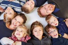 Famiglia con molti bambini Fotografia Stock