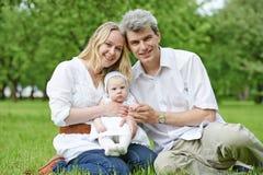 Famiglia con molti bambini all'aperto fotografia stock