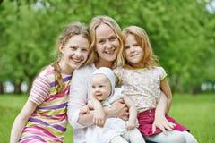 Famiglia con molti bambini all'aperto fotografie stock