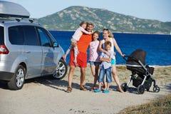 Famiglia con molti bambini alla riva di mare fotografia stock