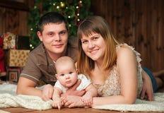Famiglia con piccolo 7 mesi di ragazza davanti a Fotografia Stock Libera da Diritti