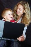 Famiglia con un computer portatile fotografia stock libera da diritti